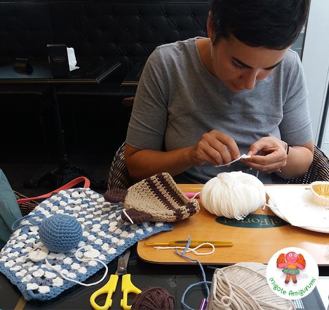 Chica tejiendo gorro y amigurumi