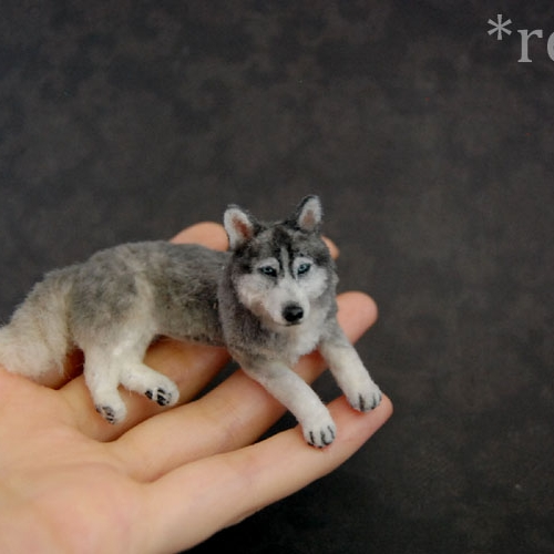 14-Siberian-Husky-Dog-ReveMiniatures-Miniature-Animal-Sculptures-that-fit-on-your-Hand-www-designstack-co