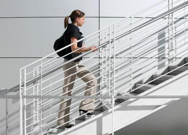 إتيكيت الصعود والهبوط من الدرج