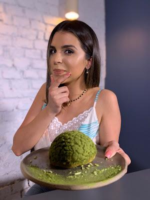 Mônica experimenta a bomba de chocolate com erva-mate (Foto: Divulgação/SBT)