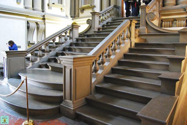 Escalera de la Biblioteca Medicea en Florencia