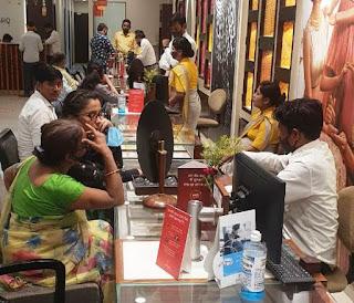 ब्राण्डेड आभूषण खरीदने वालों की तनिष्क ज्वेलर्स पर लगी रही भीड़ | #NayaSaberaNetwork