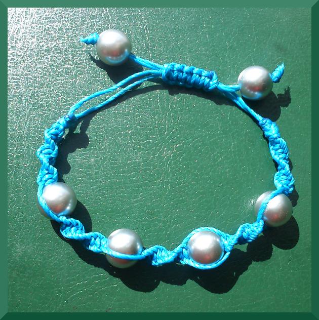 pulsera macrame azul cuentas gris y cierre ajustable