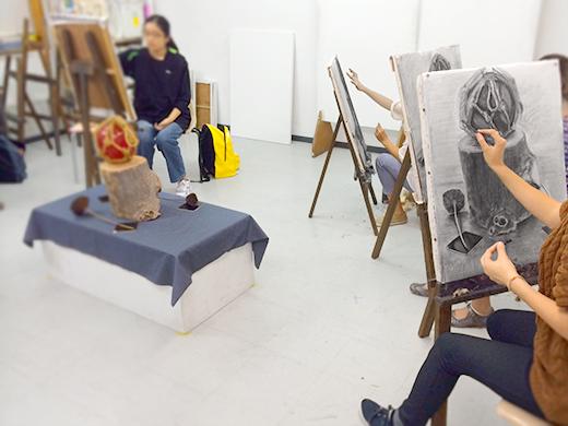 横浜美術学院の中学生教室 美術クラブ 「木炭デッサンを描こう!」制作の様子3