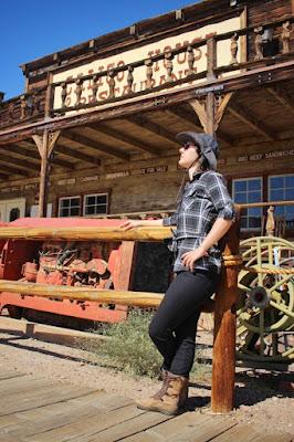 A mulher está na frente do restaurante na rua principal de Calico Ghost Town.