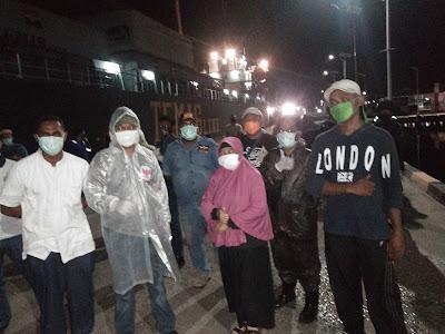 Tim Covid 19 Kota Tual saat melaksanakan pemeriksaan kesehatan terhadap kru KM Muara Mas di Pelabuhan Yos Sudarso Tual, Sabtu Malam (02/05/2020)