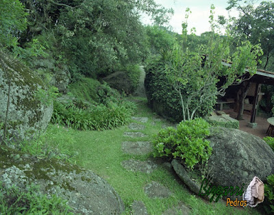 Pisadeira de pedra no jardim, com pedra moledo tipo pedra natural, na execução do paisagismo em jardim de residência em condomínio em Atibaia-SP.
