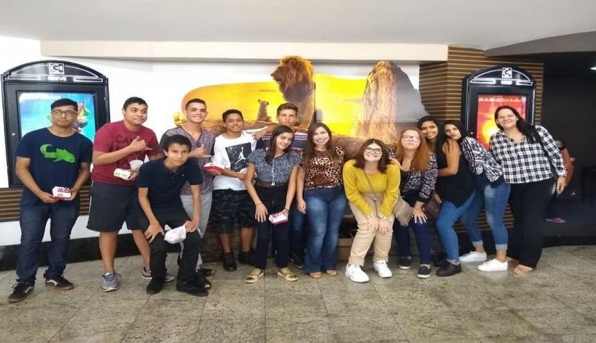 """Jovens de programas sociais de Severínia foram ao cinema assistir """"O Rei Leão"""""""