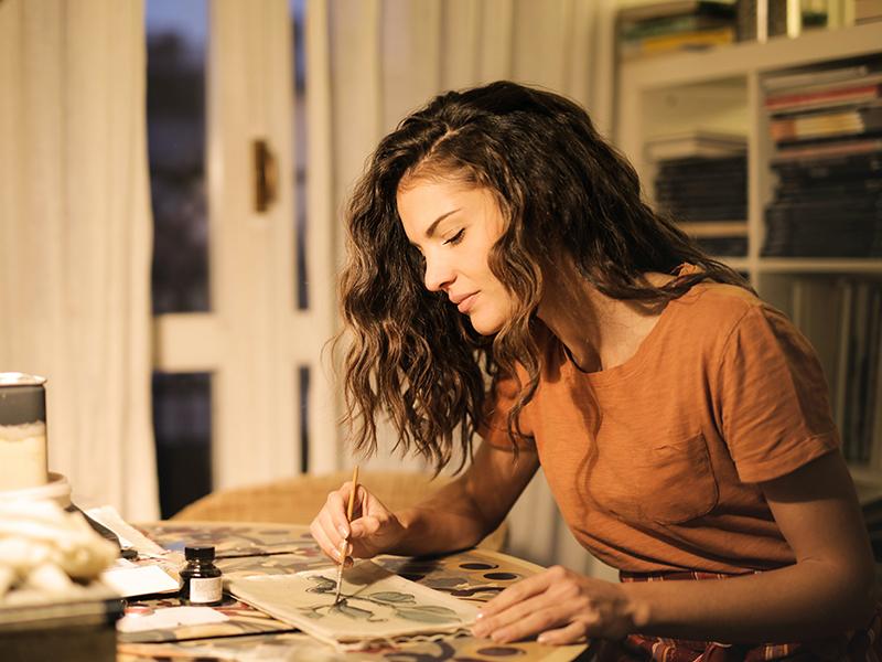 хобби девушка рисует вечер