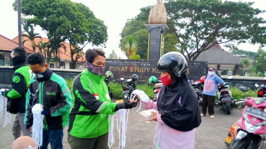 DPW Tekab Malang Bersama Driver Ojek Online Berbagi Takjil dan Masker