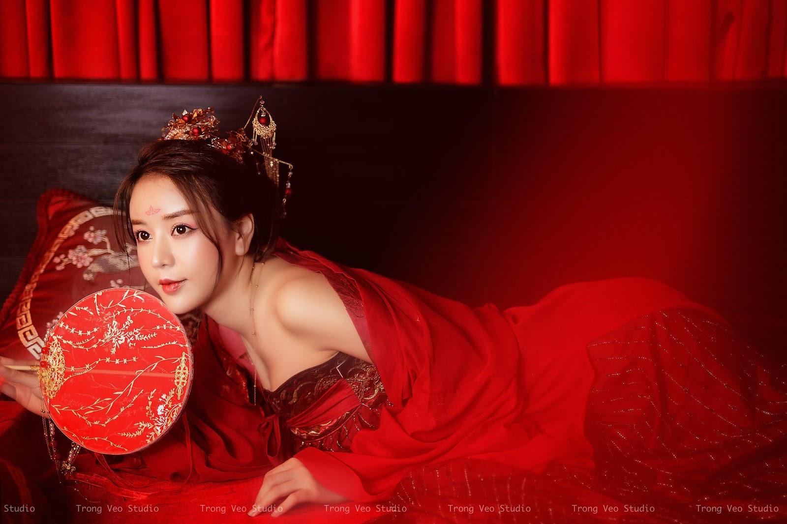 Bộ ảnh Kiều Trang đẹp như tranh vẽ trong trang trục cổ trang ma mị khiến người xem si mê