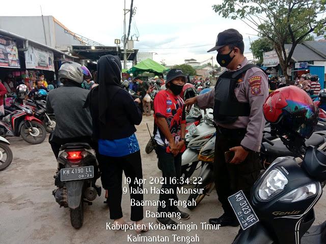 Unit Sabhara Polsek Baamang Melaksanakan Kegiatan Pengaturan Dan Monitoring Penerapan Prokes Di Pasar Al Kamal