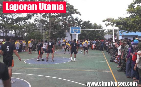 TANDING : Suasana pertandingan Volley Ball di Lanud Supadio tadi pagi (1/10). Foto Kapentak TNI AU Lanud Supadio Pontianak.
