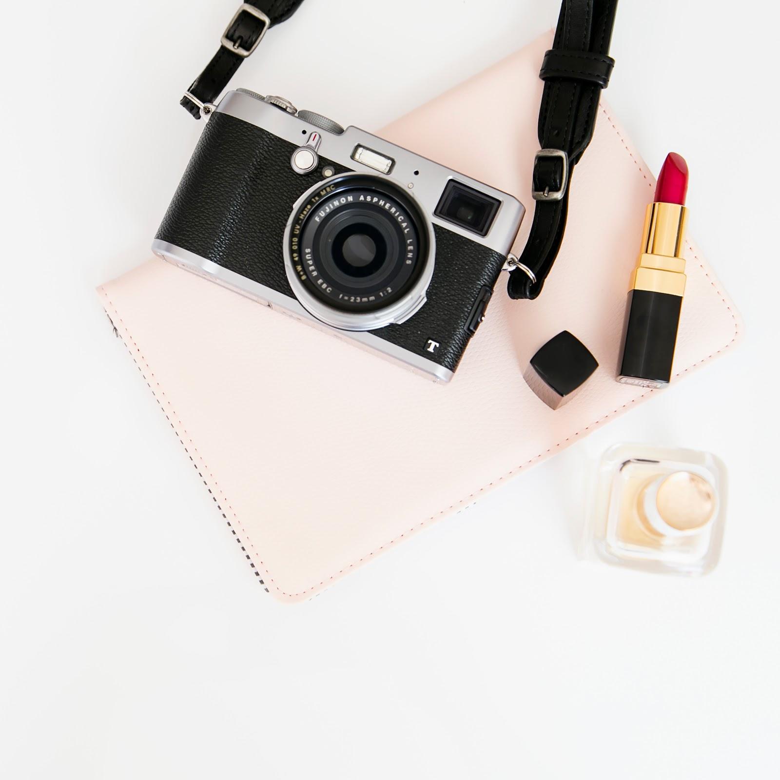 czerwona szminka, red lipstick, pewność siebie, self-confidence, self confidence, stock photo, szminka, czym jest pewność siebie, jak zyskać pewność siebie, jak być bardziej pewnym siebie