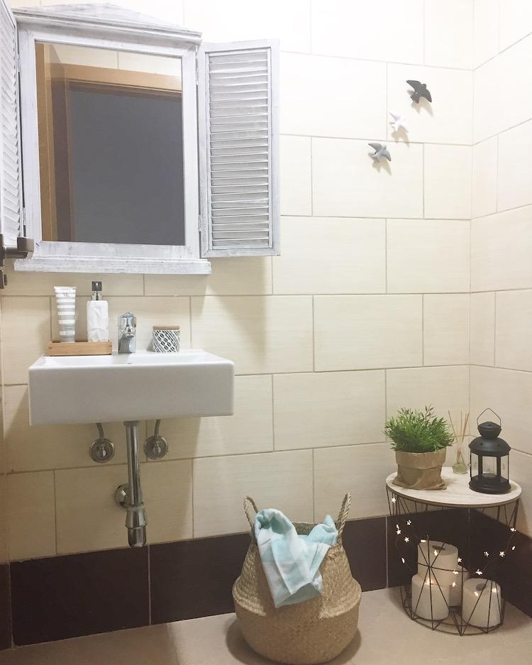 baño decorado con gaviotas  y espejo ventana