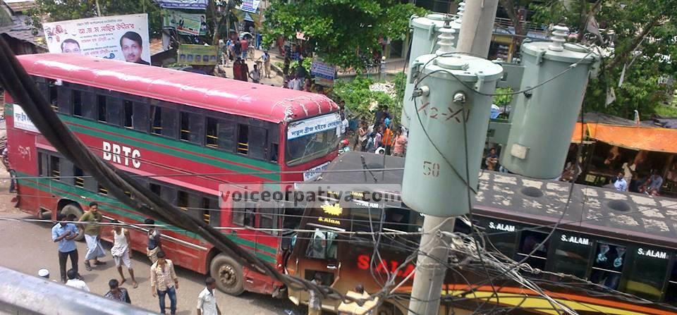 পটিয়ায় বাস-চেয়ারকোচ মুখোমুখি সংঘর্ষ; আহত ২০; পটিয়া; চট্টগ্রাম; Patiya; Chittagong; Chattogram; BRTC bus