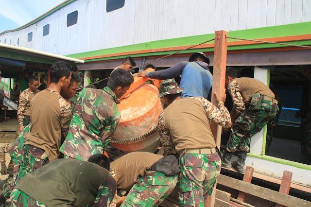 Anggota Satgas Beramai-Ramai Menaikan Molen Ke Atas Kapal Taxi Yang Membawa Rombongan Personil TMMD
