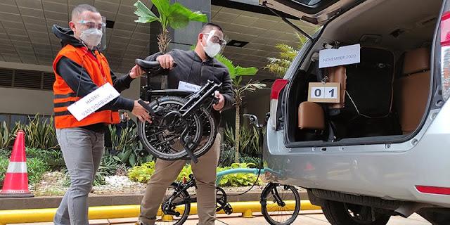 Rekonstruksi, Utusan Ihsan Yunus Terima Dua Sepeda Brompton Dari Penyuap Bansos