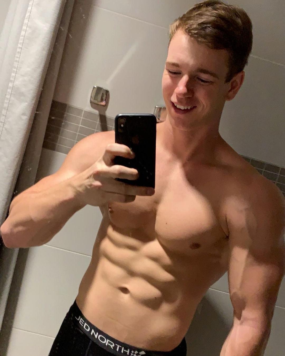 cute-shirtless-muscular-guys-ben-petersen-smiling-selfie-abs