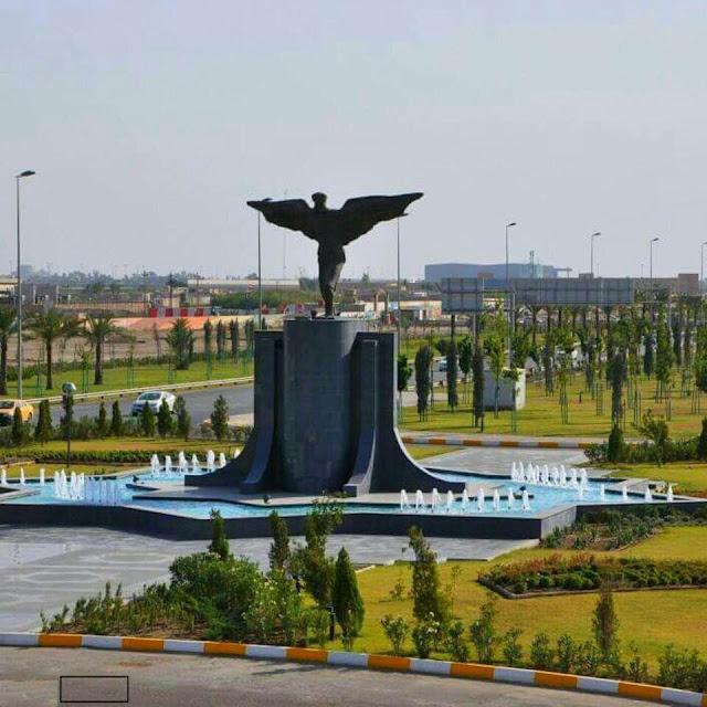 تمثال للعالم الامازيغي عباس بن فرناس أمام المطار الدولي في بغداد بالعراق