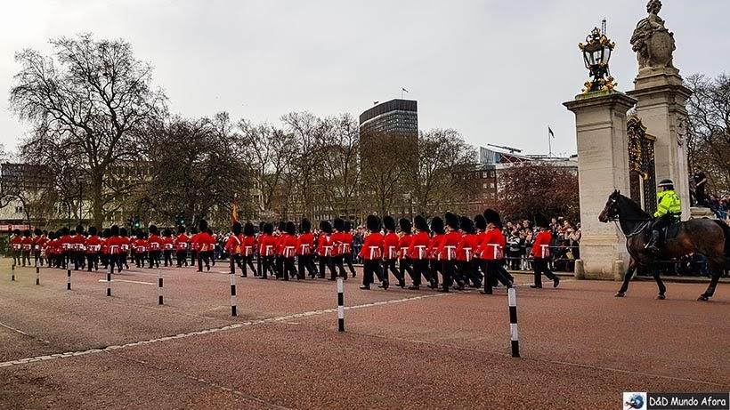 Old Guards deixa o Palácio de Buckigham após cerimônia de troca da guarda em Londres