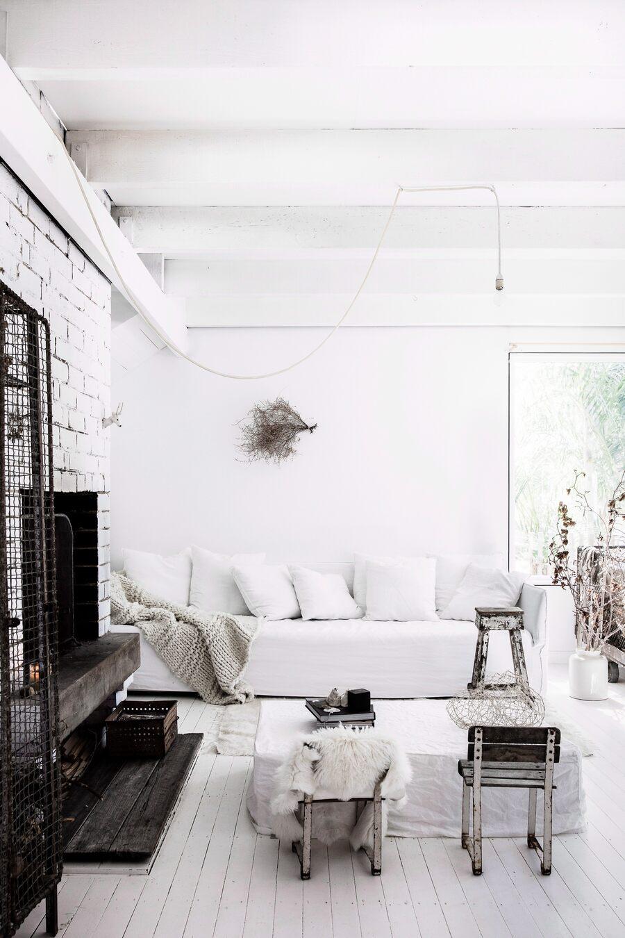 Salón blanco con el sofá Ghost de Gervasoni