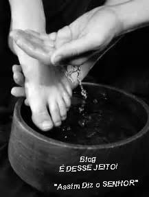Imagem de uma bacia, com mãos lavando um pé