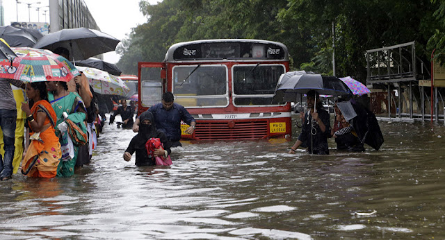 Mumbai people stuck in heavy rain