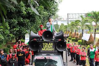 Suherman Orasi  saat Aksi solidaritas tolak union busting mirah sumirat
