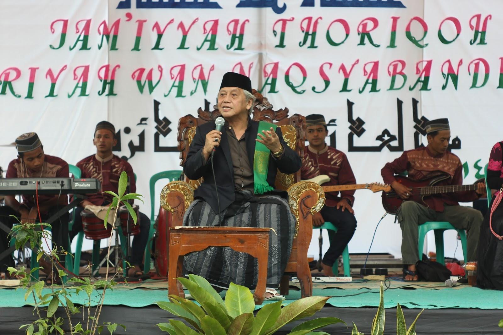 """Ngaji """"Bandongan"""" bersama KH. Achmad Chalwani Nawawi"""