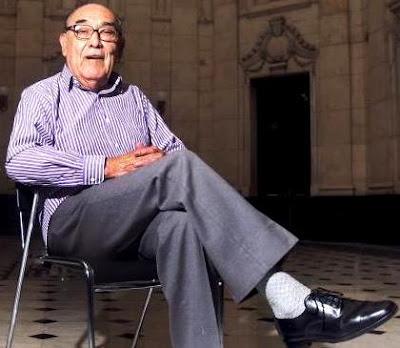 Foto de Oscar Avilés posando sentado