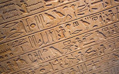 Ο αρχαιολόγος Ζάχι Χαουάς προτρέπει την αιγυπτιακή κυβέρνηση να θεσμοθετήσει μάθημα ιερογλυφικών