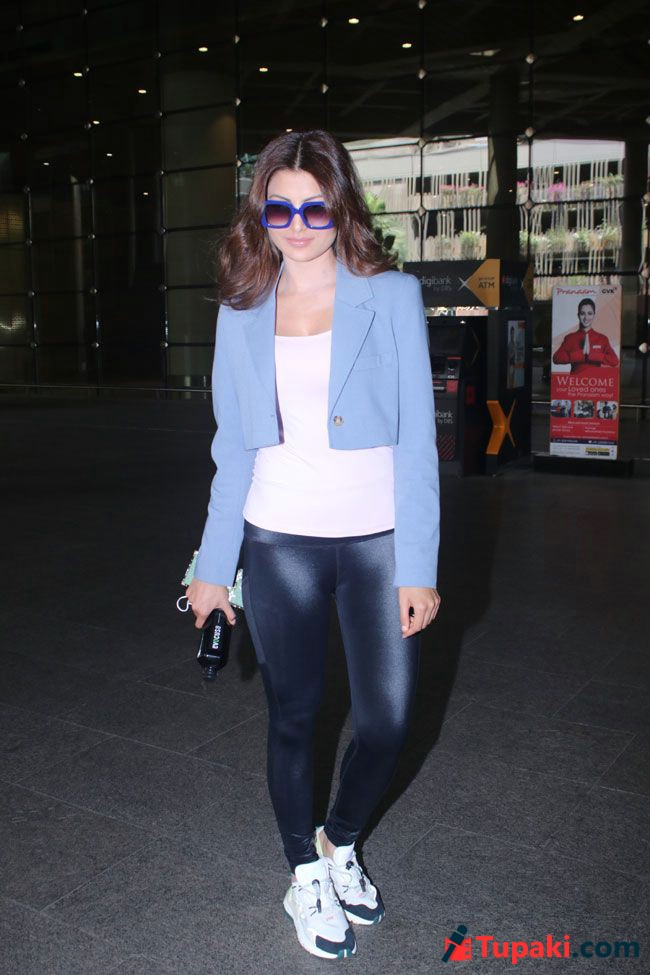 Actors Spotted: Urvashi Rautela Spotted At Airport Pictures