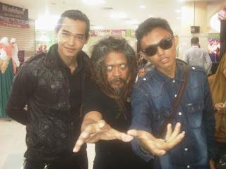 Tampak pada gambar magician surya ayre tengah bersama Mbah gimbal the Master sesion 5 di ITC Surabaya n.