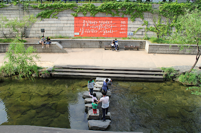 How much do you know about Cheonggyecheon stream(청계천)? you can see it as much as you know!