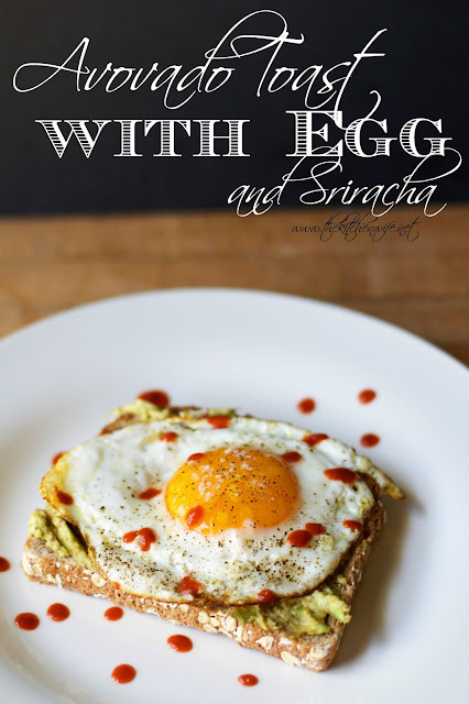 The avocado toast with egg and sriracha on a white place with the title above it in the picture.