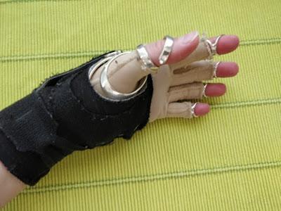Käsieni tukisetti: rannetuki, jonka alla peukalotuki ja painehanskat. Lisäksi sormissa on dip-nivelten tuet.