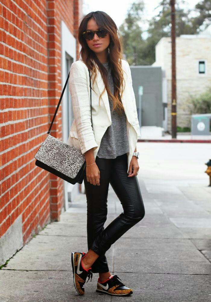 calças de cabedal preto, camisola cinza e blazer branco
