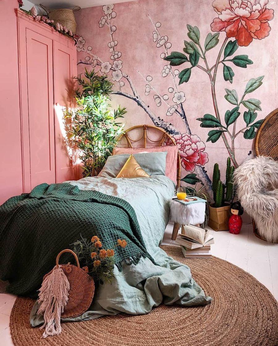Przytulne wnętrze z intensywnymi akcentami, wystrój wnętrz, wnętrza, urządzanie domu, dekoracje wnętrz, aranżacja wnętrz, inspiracje wnętrz,interior design , dom i wnętrze, aranżacja mieszkania, modne wnętrza, sypialnia, bedroom, łóżko, różowe ściany, fototapeta w kwiaty, różowy pokój, mural,