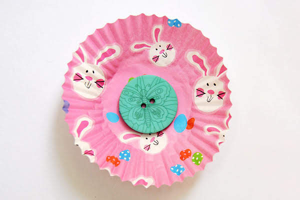 potong lingkaran dari kertas, buat busa atau kain. Tempelkan ini di tengah-tengah bunga