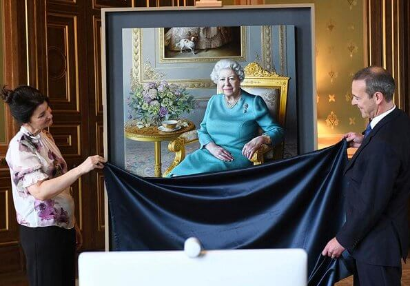 The portrait of the Queen was made by Miriam Escofet. Queen Elizabeth II wore a yellow floral print dress, pearl earrings