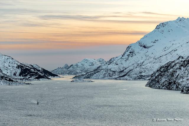 Ferry al atardecer en Lofoten, por El Guisante Verde Project
