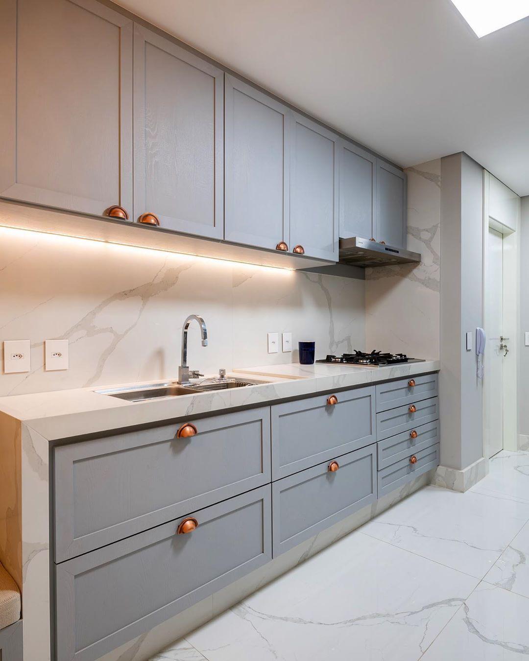 Cozinha clássica azul com canto alemão + bancada, nichos e ...