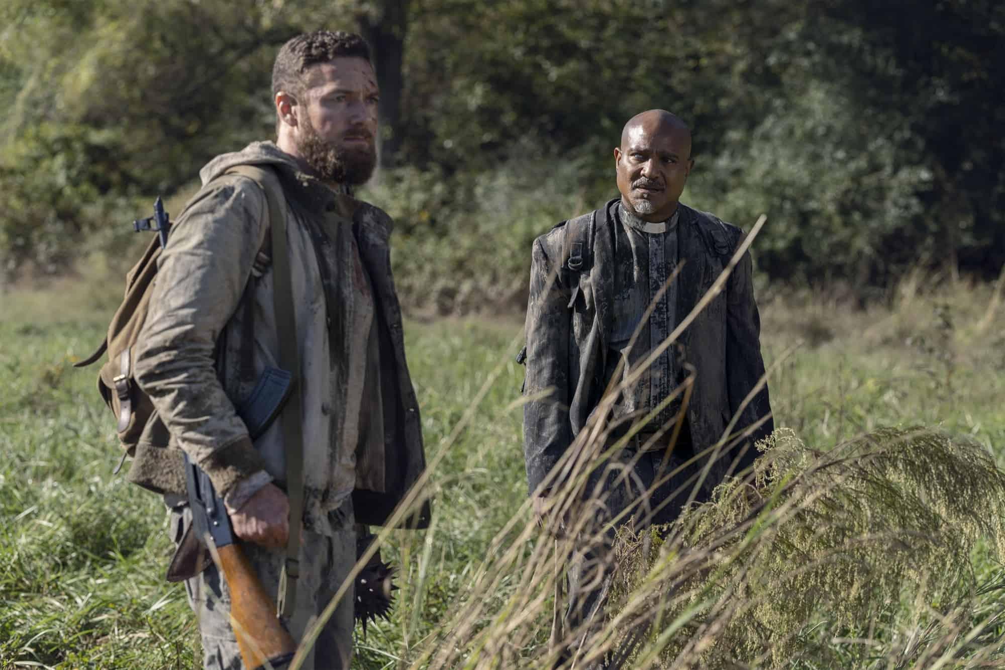 Aaron y Gabriel buscan comida en The Walking Dead