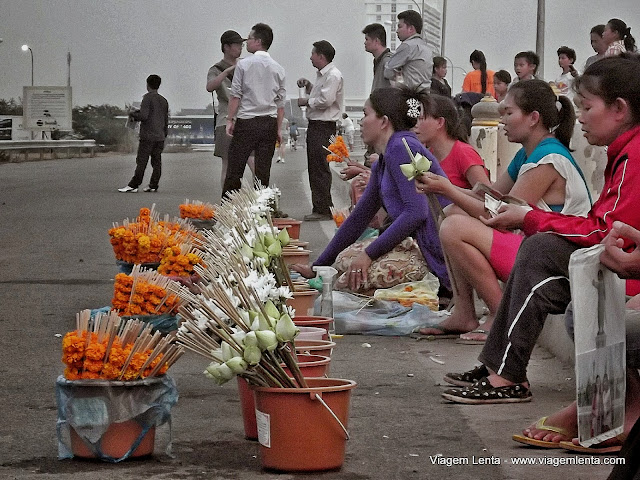 Comércio de oferendas nas margens do Mekong, em Vientiane