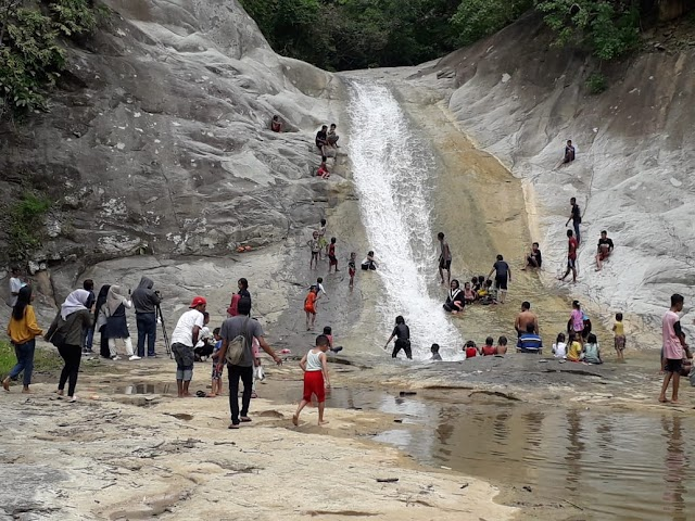 Air Terjun Teba Murin Sumbawa NTB Dindingya Berwarna Klasik