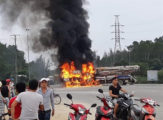 Quảng Ngãi Xe phun bê tông va chạm xe tải 2 xe bốc cháy