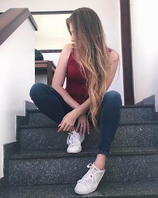 poses sentada en escaleras tumblr casual juvenil