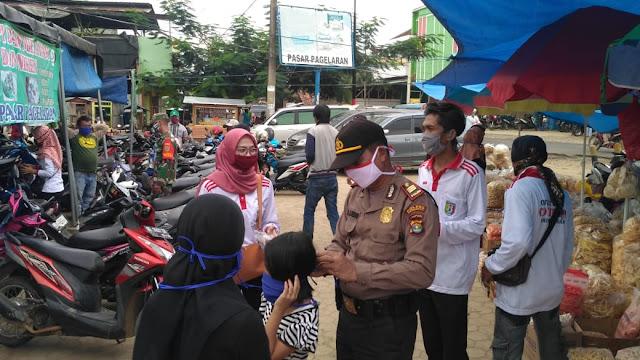 Cegah Corona, Polsek Pagelaran, Polres Pringsewu beserta Satuan Gugus Tugas Percepatan Penanganan Covid-19 bagikan masker  untuk masyarakat
