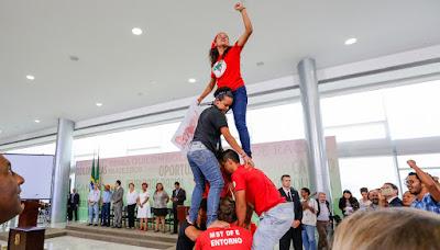 Resultado de imagem para manifestação pró dilma dentro do palácio